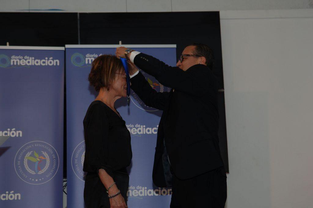 Trinidad Bernal Samper recibiendo la Medalla al Mérito Profesional en Mediación