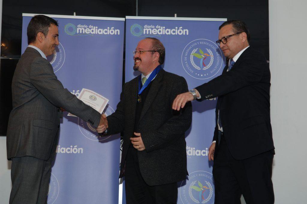 Javier Wilhelm recibe la Medalla al Mérito Profesional