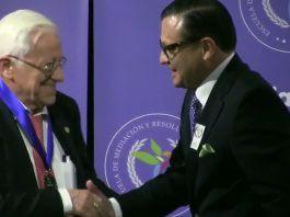 El Padre Ángel recibe la Medalla al Mérito Profesional en Mediación