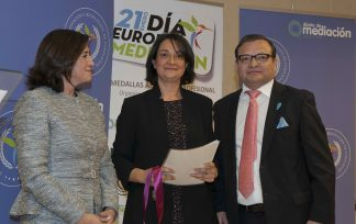 Manuela Carmena Castrillo reconocida con la medalla al Mérito Profesional
