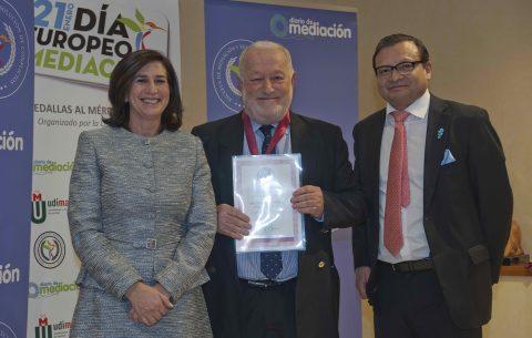 Carlos Giménez Romero recibe la Medalla de Mediación