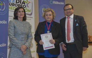 María José Santacruz Ayo, recibe la Medalla al Mérito Profesional 2019