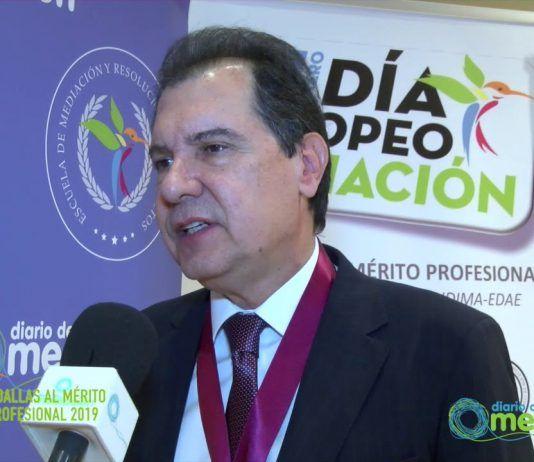 Juan Carlos Martinez recibe la medalla al Mérito Profesional