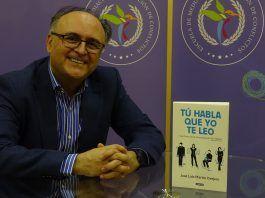 Jose Luis Martín Ovejero junto a su libro 'Tú habla que yo te leo'