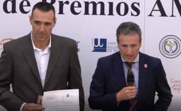 José Antonio Larrasoaña y Juan Manuel Gil recogen el premio por el proyecto de mediación en la Policía Foral de Navarra