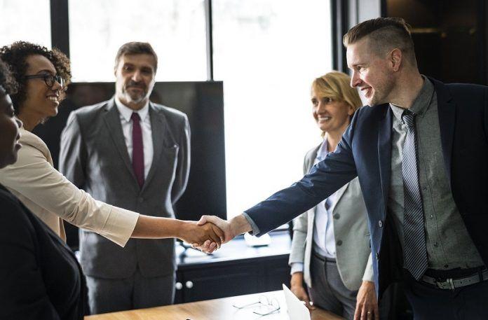 Apretón de manos después de llegar a un acuerdo en una mediación contenciosa