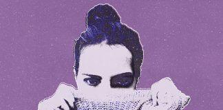 mujer fondo lila
